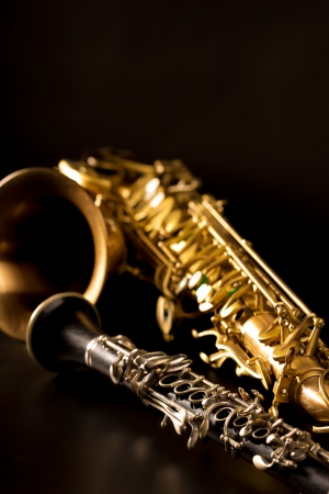 clarinete: M�sica cl�sica Sax saxo tenor y clarinete en fondo negro Foto de archivo