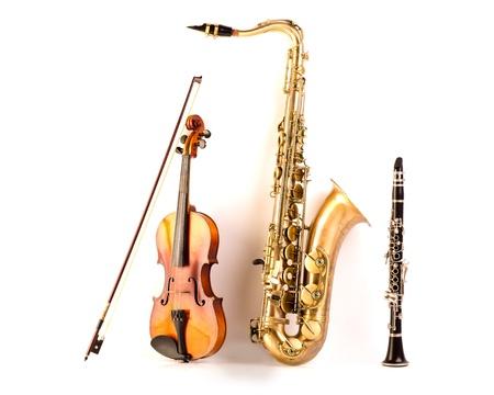 saxofón: Música Sax tenor saxofón violín y clarinete en el fondo blanco