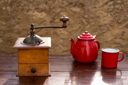 molinillo de caf� antiguo retro vendimia con la tetera y la taza roja photo