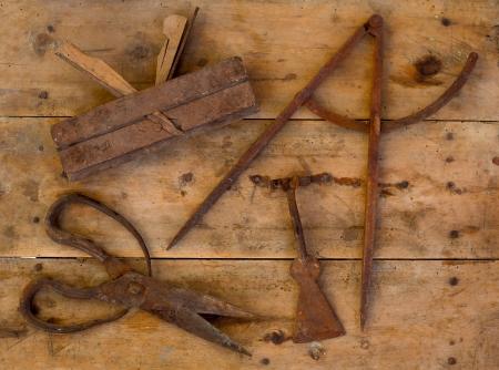 compas de dibujo: Edad oxidadas herramientas tradicionales de madera tijeras lana cepillo dibujo brújula en madera retro