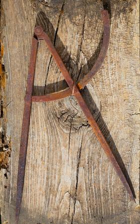 compas de dibujo: Dibujo brújula antigua de hierro oxidado herramienta de carpintero en la madera de época retro