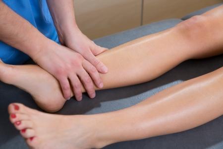 drenaggio: Linfodrenaggio terapeuta mani sulla gamba donna caviglia