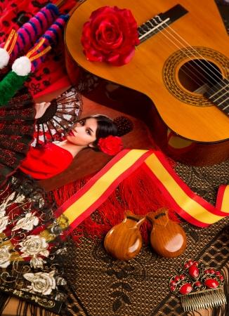 gitana: Guitarra clásica española con elementos flamencos como ventilador y castañuelas peine