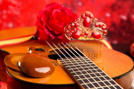 Guitarra clásica española con elementos flamencos como peine y castañuelas