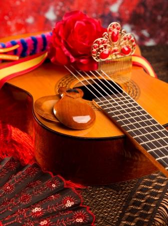 bailando flamenco: Guitarra clásica española con elementos flamencos como ventilador y castañuelas peine