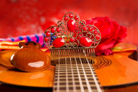 bailarina de flamenco: Guitarra española clásica con elementos flamencos como peine bailarín y castañuelas