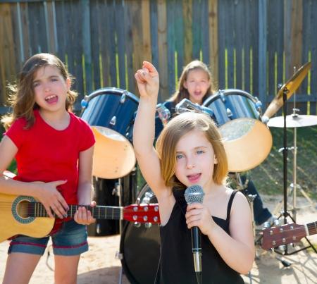 cantando: Rubio chico cantante chica cantando banda tocando en directo en concierto patio con amigos