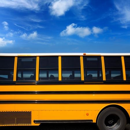 autobus escolar: Típica vista lateral del autobús escolar Americana sobre cielo azul