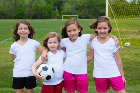 スポーツの試合前に屋外 fileld でサッカー サッカーの子供女の子チーム