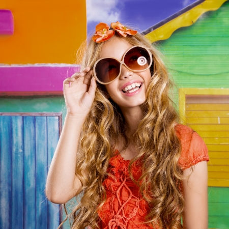 ni�os rubios: ni�os rubios felices Muchacha tur�stica sonriente con gafas de sol en una casa tropical