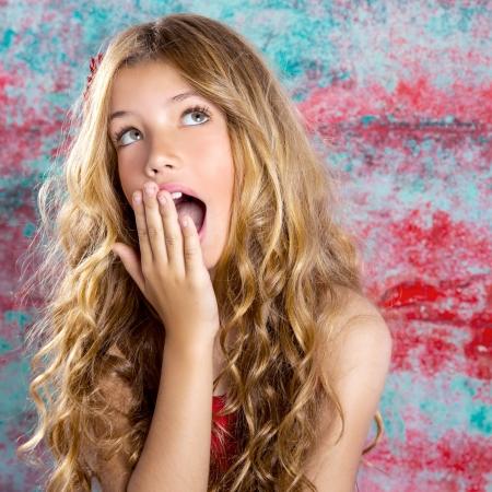 Blond jong meisje verrast uitdrukking handen in het gezicht gebaar Stockfoto - 20904456