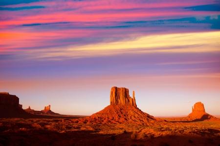 記念碑の谷西ミトンとメリック ビュート日没ユタ州