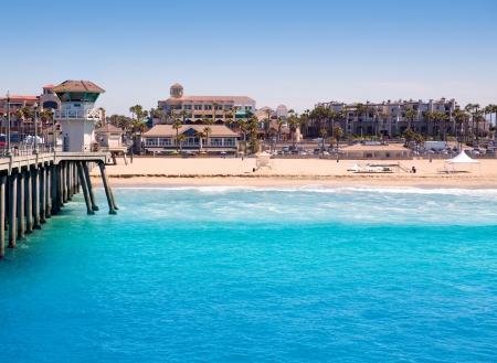 ライフガード タワーと都市カリフォルニア州ハンティントンビーチ サーフシティ USA 桟橋ビュー