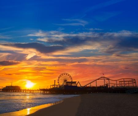 サンタモニカー、カリフォルニア州サンセット桟橋 12万2000 ホイールと濡れた砂のビーチでの反射 写真素材