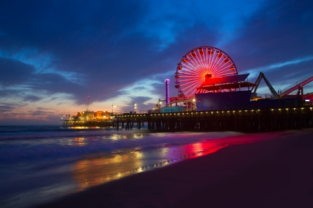 Coucher du soleil de Santa Monica en Californie, le Pier Ferrys roue et de réflexion sur le sable humide de la plage Banque d'images