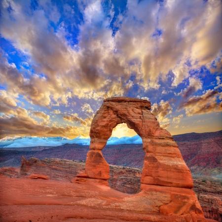 モアブ アメリカ合衆国ユタの国立公園デリケート アーチ夕日をアーチします。