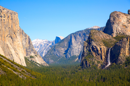 el capitan: Yosemite el Capitan and Half Dome in California National Parks US