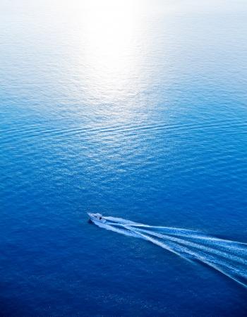 Bateau de croisière bleu Vue aérienne de la mer Méditerranée en Espagne Banque d'images - 24292640