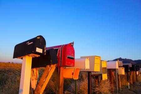 Grunge brievenbussen op rij in de woestijn van Arizona VS