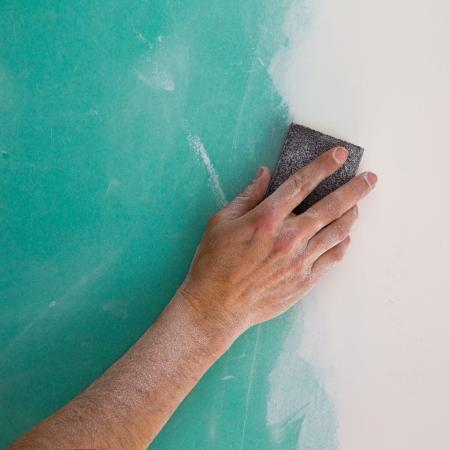 tablaroca: enyesado hombre mano lijar el plaste en pladur costura drywall