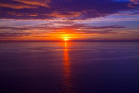 Coucher de soleil lever de soleil sur la mer bleue de la Méditerranée Banque d'images - 24293292