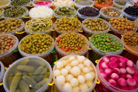 漬物の: ピクルスは、オリーブ玉ねぎ人参ルピナス唐辛子ガーキン行の様々 な