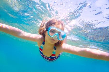 girl underwater: snorkelen blonde jongen meisje onder water met bril en zwembroek in de Middellandse Zee