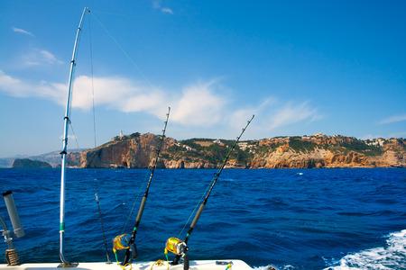 trolling: Varillas de embarcaciones pesqueras de arrastre en el Mediterr�neo Cabo Nao Cabo en Alicante Espa�a Foto de archivo