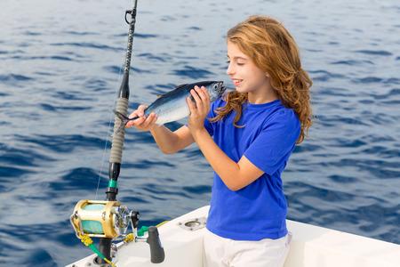 trolling: Chica rubia rojo pesca de arrastre en la captura de at�n del mar Mediterr�neo y la liberaci�n