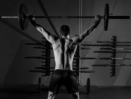 バーベル重量挙げ男背面バック ワークアウト ジム ボックスで運動 写真素材