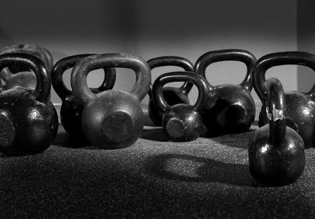 fit on: Pesas Kettlebells en un gimnasio de entrenamiento en blanco y negro