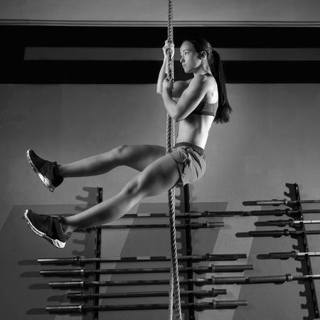 Corde Climb exercice workout au gymnase d'escalade Banque d'images