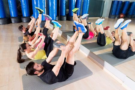 Abdominale plaat training kerngroep op sportschool fitness workout Stockfoto