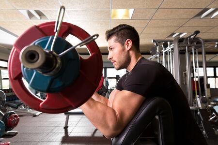 predicador: biceps brazo banco predicador rizos hombre entrenar en el gimnasio de fitness
