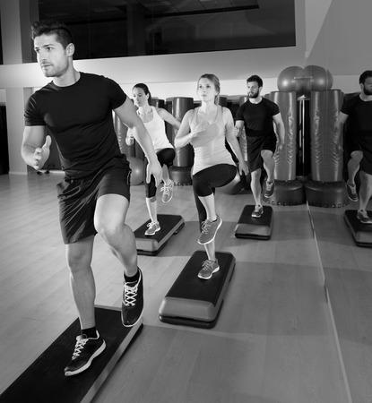 Groupe de personnes Cardio de danse de l'étape à séance d'entraînement de gymnastique de remise en forme Banque d'images