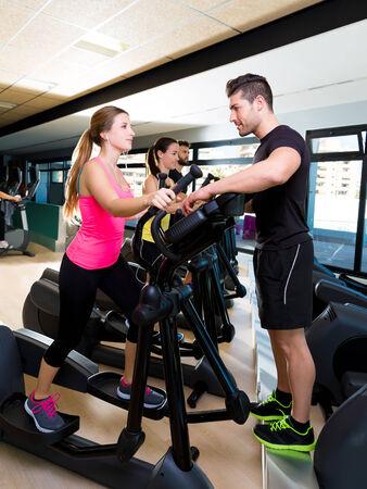eliptica: Aerobic elíptica entrenador walker hombre entrenador personal en entrenamiento de la gimnasia de la aptitud Foto de archivo
