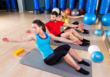 Pilates gens groupe hommes et femmes à salle de fitness exercice Banque d'images