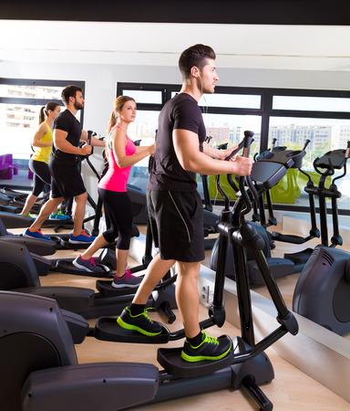 Aérobic elliptique groupe formateur marcheur au gymnase de fitness entraînement Banque d'images