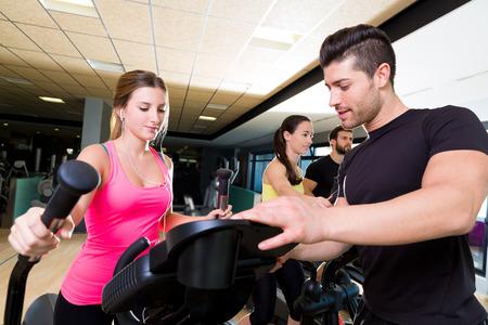 eliptica: Aerobic elíptica entrenador walker hombre entrenador personal en la aptitud del entrenamiento de gimnasio Foto de archivo