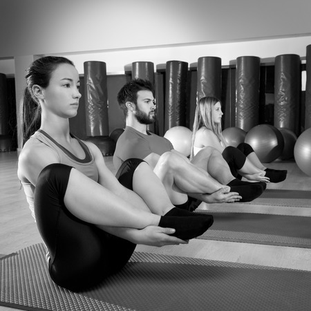 Pilates gens groupe l'homme de l'exercice d'étanchéité et les femmes à salle de fitness
