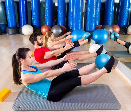 Pilates softball l'exercice de groupe teaser au gymnase de fitness