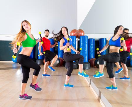 zumba: personas cardio entrenamiento en grupo de baile zumba en ejercicio del entrenamiento del gimnasio de fitness