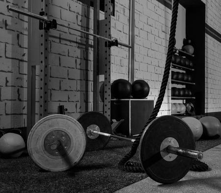 pesas: Barbells en un bar gimnasio campanas y cuerda en forma transversal