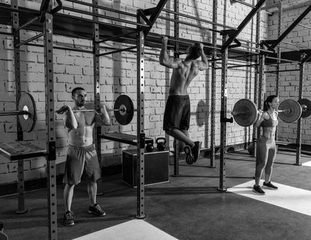 levantamiento de pesas: Peso Barra grupo levantando gimnasia del ejercicio de entrenamiento de levantamiento de pesas Foto de archivo