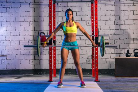 lifting: Barbell gewichtheffen vrouw gewichtheffen workout oefening sportschool Stockfoto