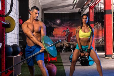 pesas: gimnasio grupo de ejercicios de entrenamiento de levantamiento de pesas mujer hombre