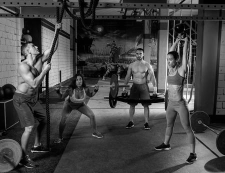 groupe de gym hommes et filles haltérophilie entraînement exercice