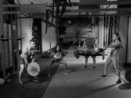 ジム グループ重量挙げワークアウト男性と女の子練習 写真素材