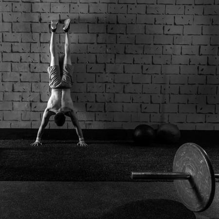 pus: Handstand push-up uomo di allenamento in palestra pus up Archivio Fotografico