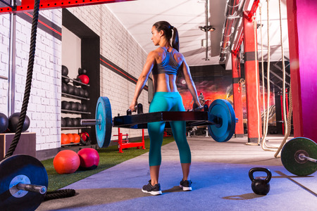 Hex Dead Lift Shrug Bar Deadlifts woman at gym workout weightlifting Archivio Fotografico